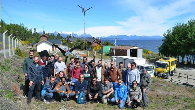 Miembros de Wind Empowerment visitando aerogeneradores instalados en una sede del Parque Nacional Nahuel Huapi