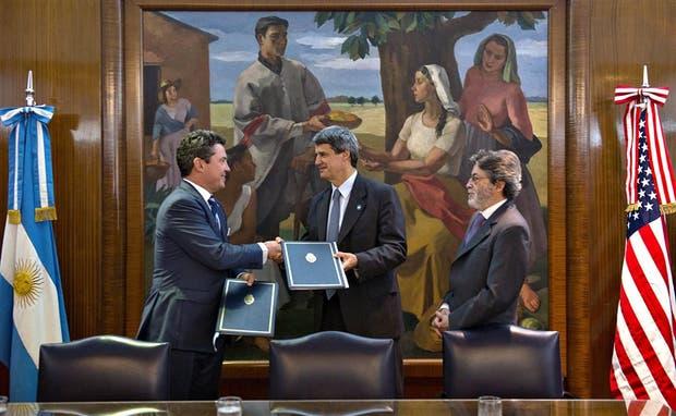 Mamet, Prat-Gay y Abad, ayer, durante la firma del tratado