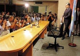 Ricardo López Murphy ingresa al microcine del Ministerio de Economía para anunciar las medidas