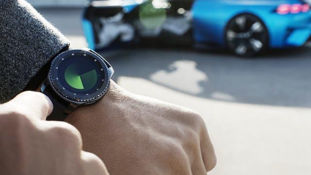 Un smartwatch para controlar funciones del automóvil a distancia