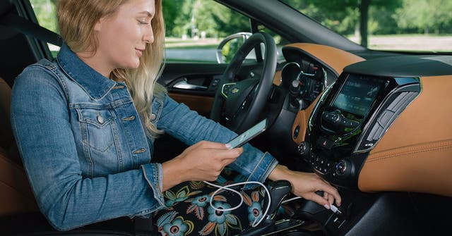 Conexión mediante puerto USB para integrar Waze en el sistema Android Auto del vehículo