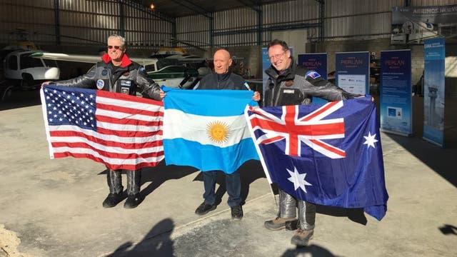 Payne y Sandercok festejan la marca con Miranda, piloto argentino