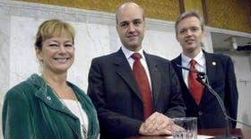 La nueva ministra sueca de Cultura, Lena Adelsohn Liljeroth (i), el primer ministro Fredrik Reinfeldt (c), y el nuevo ministro de Comercio, Sten Tolgfors (r)