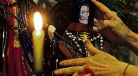 """En el """"santuario"""" de Once, Perla Rodríguez tiene catorce imágenes de San La Muerte"""