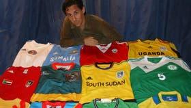 Aro Geraldes y una pequeña parte de su colección de camisetas