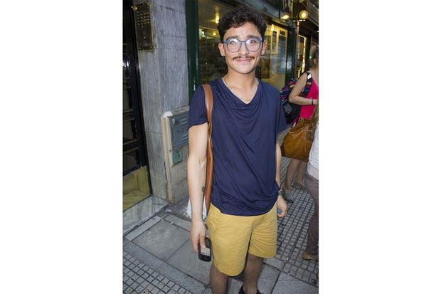 Maxi gafas redondas y mucha onda para un lector que se sumó a las Tardes Ohlaleras. Foto: Agustina Ferreri