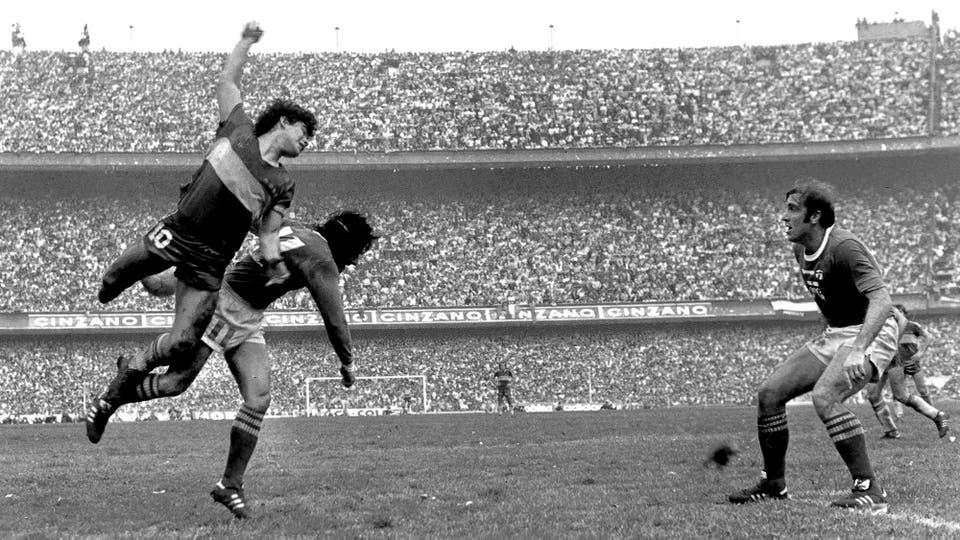 2-8-1981: la Bombonera repleta para el triunfo ante Ferro por 1 a 0; salta a cabecear con Miguel Angel Juárez ante la mirada de Juan Rocchia. Foto: LA NACION