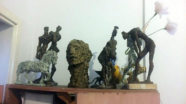 Parte de las esculturas que estaban ocultas en la casa del presunto jefe de la banda