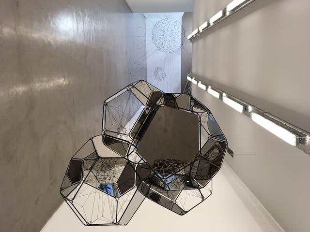 En primer plano, una de las obras de su serie Ciudades Nube, en Ruth Benzacar