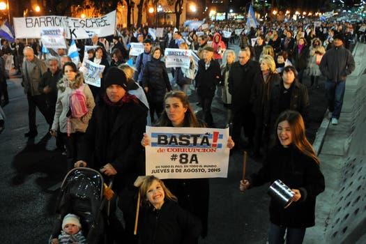 A pesar del duelo nacional, los organizadores decidieron no suspender las manifestaciones. Foto: DyN
