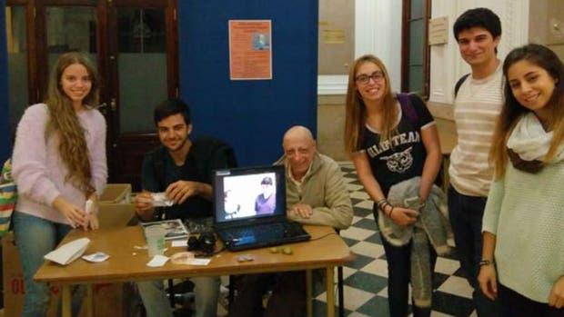 """El equipo """"Kiri"""" de izquierda a derecha, los estudiantes Melina Piacentino, Mariano Redel, Aylin Vazquez Chenlo, Marco Esposito y Lucia Montoya. Sentado, el profesor y ingenieró Eduardo Fracassi"""