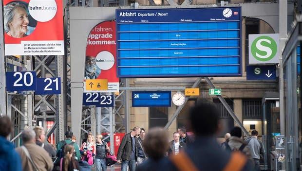 En Fráncfort, un tablero electrónico pide mirar los vuelos en una cartelera