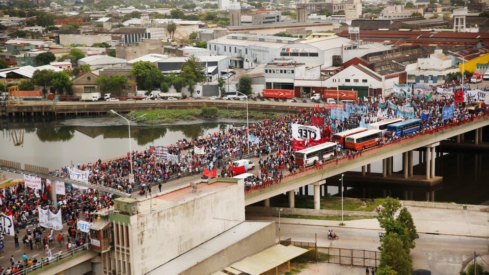 Organizaciones sociales cortaron el puente Pueyrredón y hay caos de trásnsito en los alrededores.. Foto: LA NACION / Fernando Massobrio