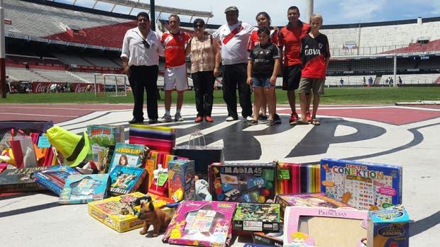 La Directora de la Escuela Técnica Nº 2 de Concordia participa junto a socios de River en la colecta de juguetes para los niños evacuados