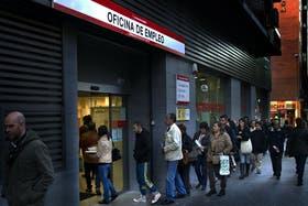 Largas filas de desempleados, la cara más visible de la crisis en España
