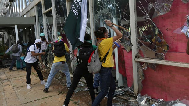 Manifestantes prenden fuego a un ministerio en una protesta contra Temer