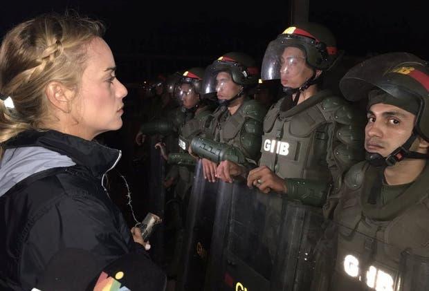 Lilian Tintori, ayer, durante su vigilia frente a la cárcel de Ramo Verde