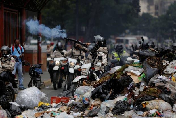 Las fuerzas de seguridad disparan gases lacrimógenos, ayer, en Caracas