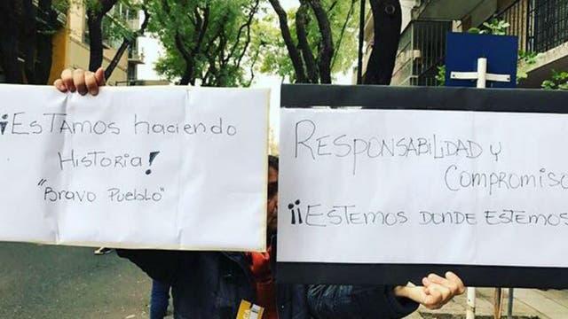 En Palermo también hubo venezolanos con pancartas.