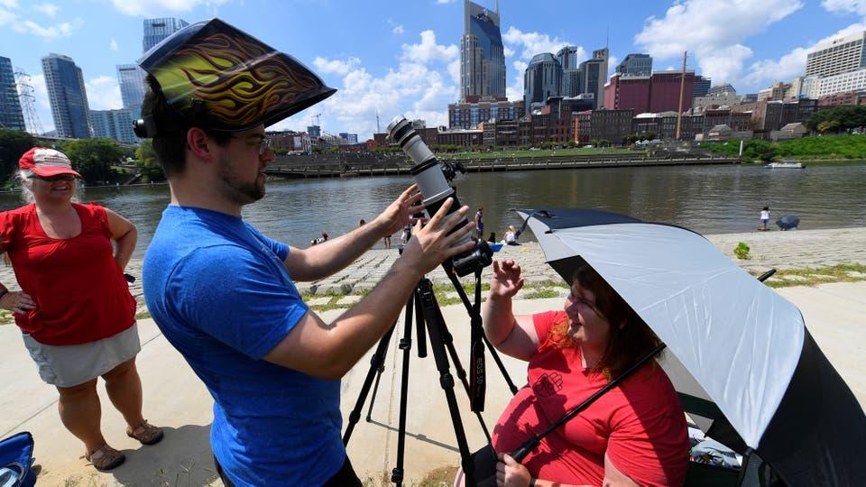 En Nashville un hombre y una mujer se preparan para la llegada del eclipse. Foto: Reuters