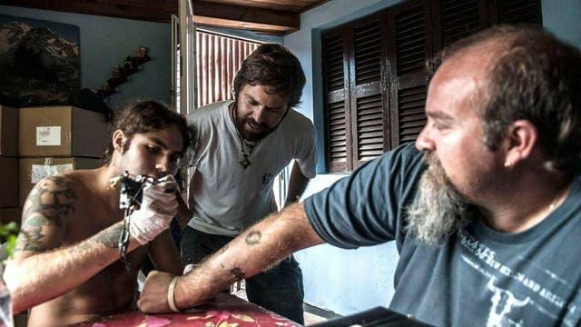 Santiago Maldonado tatuando a su hermano