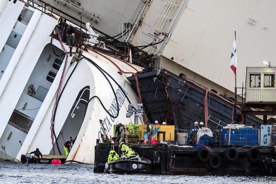 Personal capacitado trabaja en las operaciones para enderezar el crucero Costa Concordia, que encalló hace 20 meses. Foto: EFE