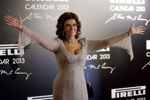 La actriz italiana Sofía Loren posó en la alfombra roja de la presentación del Calendario Pirelii 2013, en Río de Janeiro. Foto: EFE