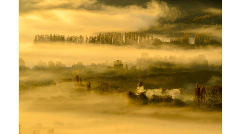 Mañana otoñal en los campos suburbanos de San Martín de los Andes. En los humedales calentados por el sol, se crea un mar de nubes, Neuquén Abril 2016 . Foto: Patricio Carlos Rodríguez