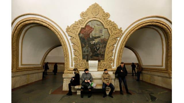 La gente espera para el tren en la estación de metro Kievskaya en Moscú, Rusia,
