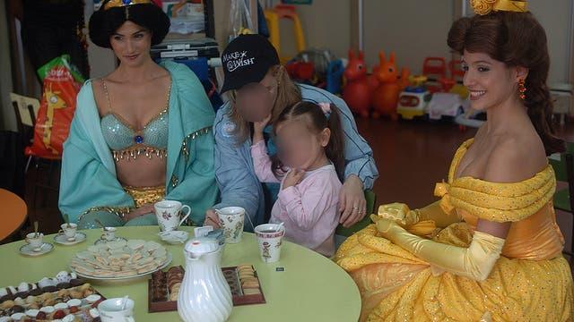 Las Princesas de Disney le cumplieron el sueño de tomar el te a una niña de 5 años que esperaba un trasnplante de corazón en el 2007