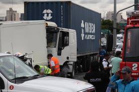Un camión chocó contra la cabina de peaje y mató a dos personas en la Au. Dellepiane