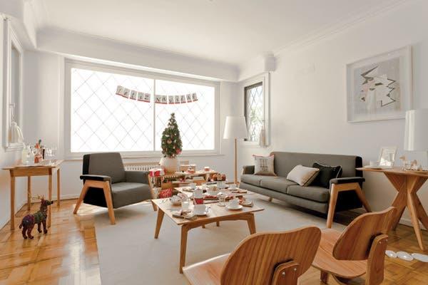 Ambiente despejado, muebles de diseño escandinavo, uniformidad de colores claros y detalles de una clásica Navidad europea conforman la escena a cargo de Gabriela Pazos, dueña de la tienda Petit Margot, y Agustina Spano..