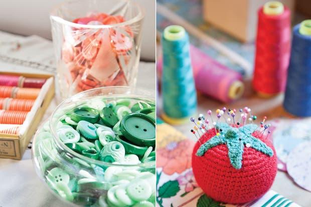 Hilos, cintas, botones y otros artículos que compraron a una mercería antigua cuando cerró. En cuencos y frascos de vidrio, todos esos detalles aportan encanto y color..