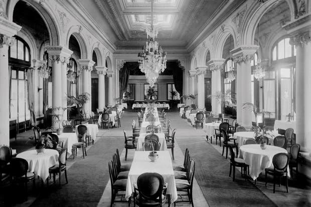 Antes: El antiguo comedor, que forma parte del piano nobile, tenía pisos de madera que se iluminaban con la luz que atravesaba los grandes vitraux del techo..