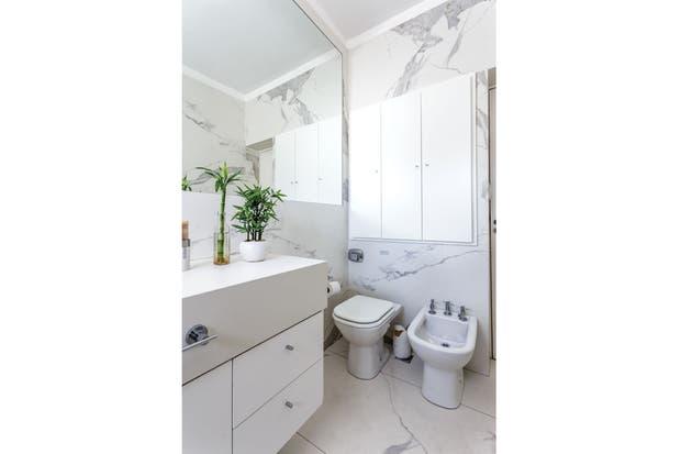 Para acentuar el efecto luminoso, se pintó la puerta del placard de blanco y se cambió el espejo del vanitory por una versión más grande que llega casi hasta la pared.  /Daniel Karp