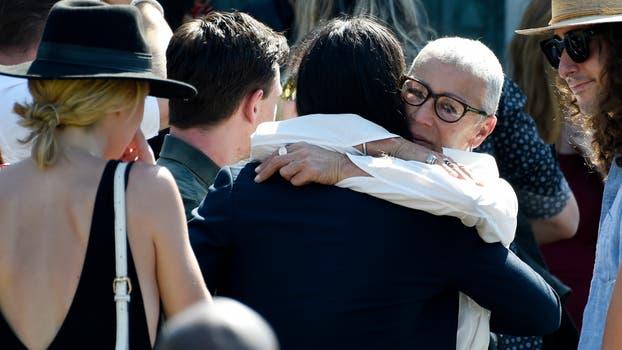 Irina, la madre de Anton Yelchin, recibe el abrazo de los amigos del actor. Foto: AP