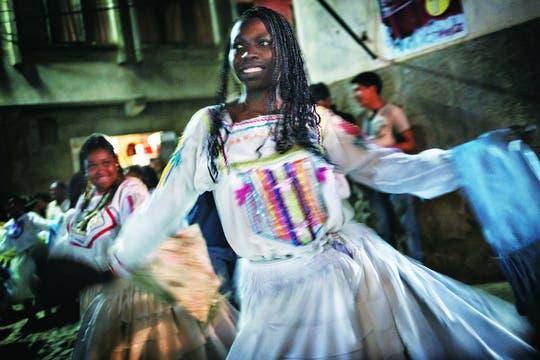 Orgullosos. Una joven baila al ritmo de la saya, una de las máximas expresiones de la comunidad afroboliviana.