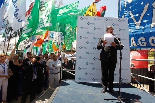 Alfredo Scoccimarro leyó el comunicado que indicó que la operación de la Presidenta finalizó sin complicaciones. Foto: LA NACION / Rodrigo Néspolo