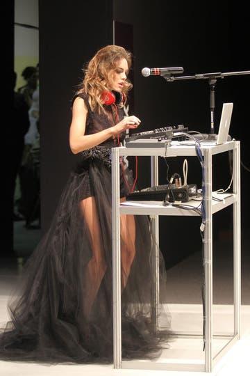 Pensativa, Emilia se lució como DJ. Foto: Gerardo Viercovich