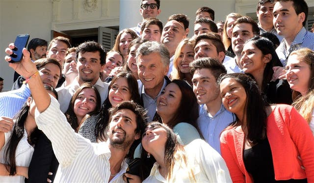 El presidente Mauricio Macri, ayer, con estudiantes, en Rosario