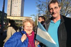 Irene Potter, junto a su marido holandés, fue una de las argentinas que se acercó a criticar al vicepresidente; atrás se ve el hotel donde se aloja en Amsterdam