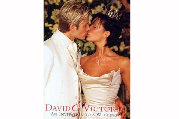 Victoria Adams usó un vestido de la diseñadora Vera Wang en su casamiento con David Beckham en 1999. El traje: un corset strapless. El detalle: una corona y un colgante con una cruz. Foto: In style