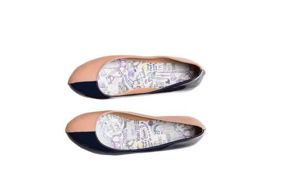 Balerinas bicolor en cuero y charol (Satori, $780).