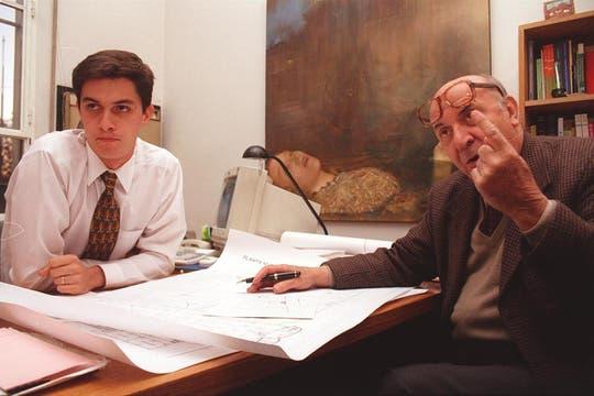 Junto a Daniel Fernández, arquitectos de la Universidad Di Tella, en 1998. Foto: Archivo