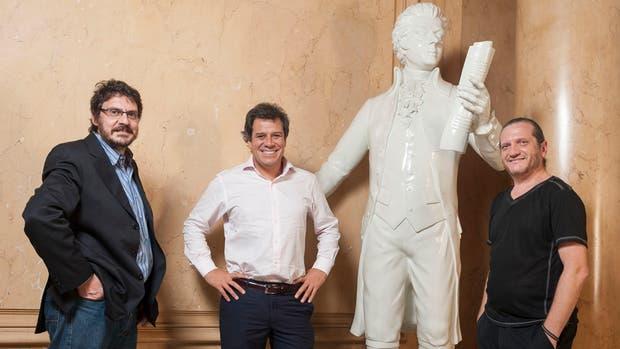 Los tres especialistas, junto a una estatua de Mozart que el Colón prestó para la foto con el genio