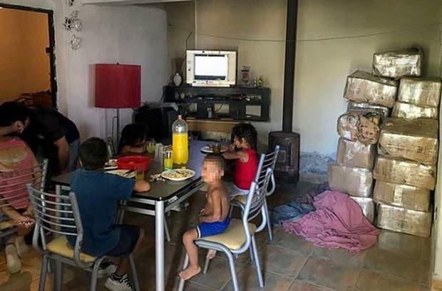 Una imagen que golpea: chicos comen al lado de un cargamento de marihuana