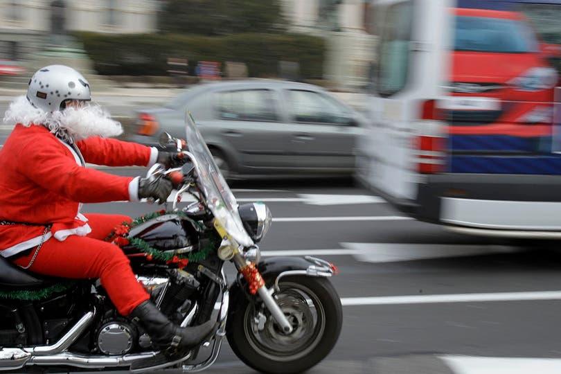 Un motociclista anticipa los festejos por las calles de Belgrado, capital de la República de Serbia. Foto: AP