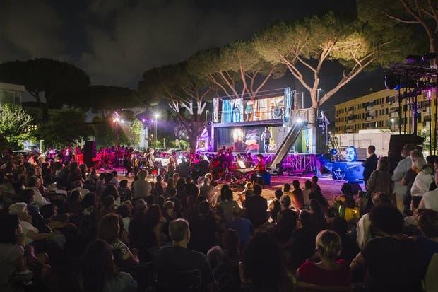 En plena calle, la puesta de Cherstich, con cantantes jóvenes y de la orquesta juvenil del Teatro de la Ópera de Roma