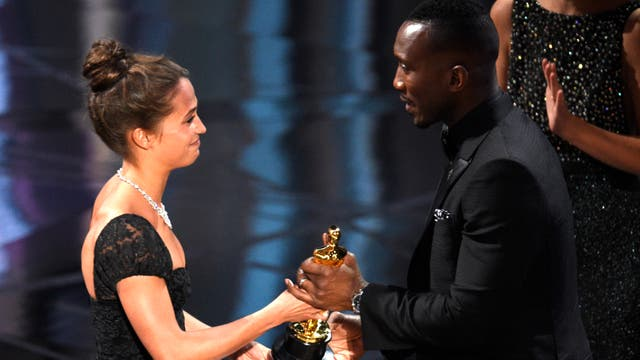 Mahershala Ali, mejor actor de reparto por Moonlight, recibe el Oscar de manos de Alicia Vikander