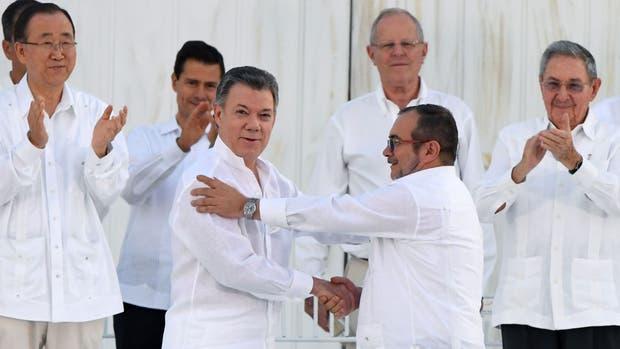 Juan Manuel Santos y Rodrigo Londoño, tras la firma del histórico acuerdo